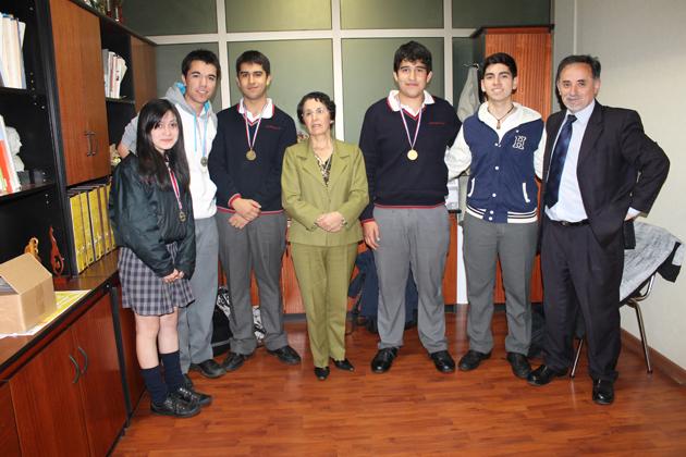 Estudiantes junto a la directora