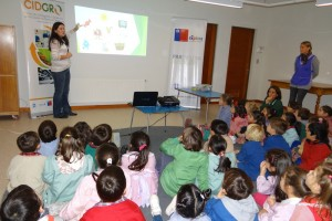 Niños de kinder aprenden técnicas de compostaje para ayudar al medioambiente